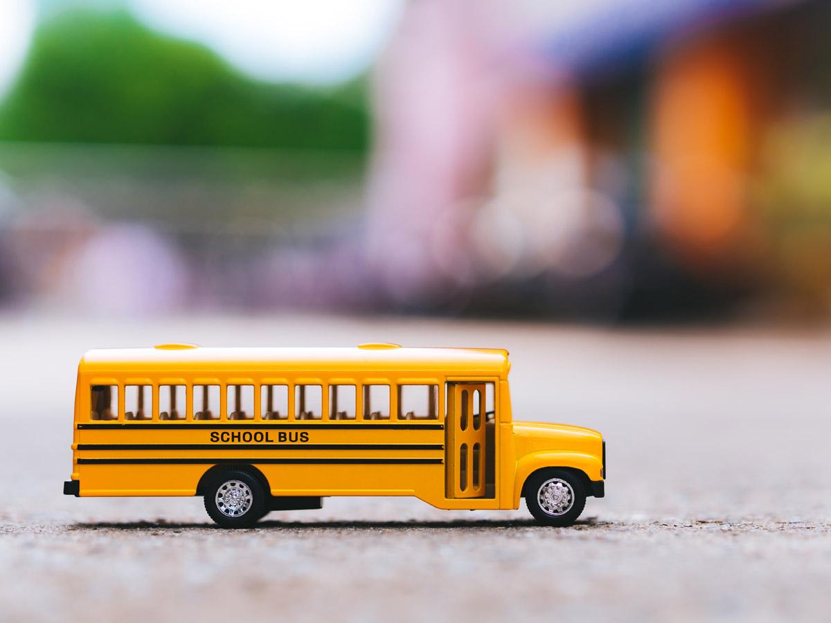 Dzeltens bebr[a]s skolēnu autobuss klases ekskursijai